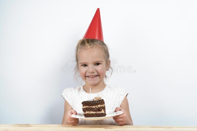 Compleanno delle candele del dolce il bambino tiene il dolce immagini stock libere da diritti