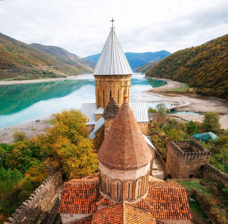 Complejo de la fortaleza del castillo de Ananuri, Georgia Señales georgianas imagen de archivo