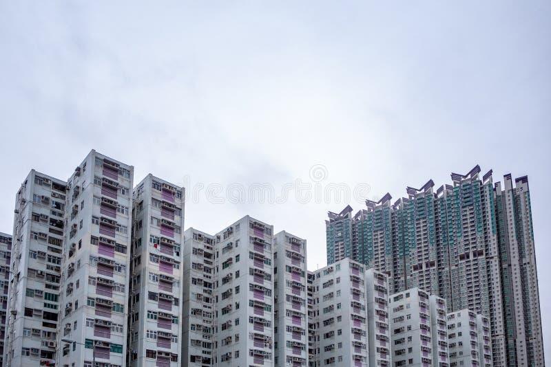 Complejo de los edificios del condominio en distrito residencial con el fondo cubierto del cielo fotografía de archivo
