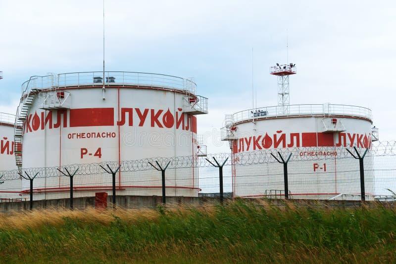Complejo de LUKOIL, depósito del aceite de LUKOIL en la región de Kaliningrado imagenes de archivo