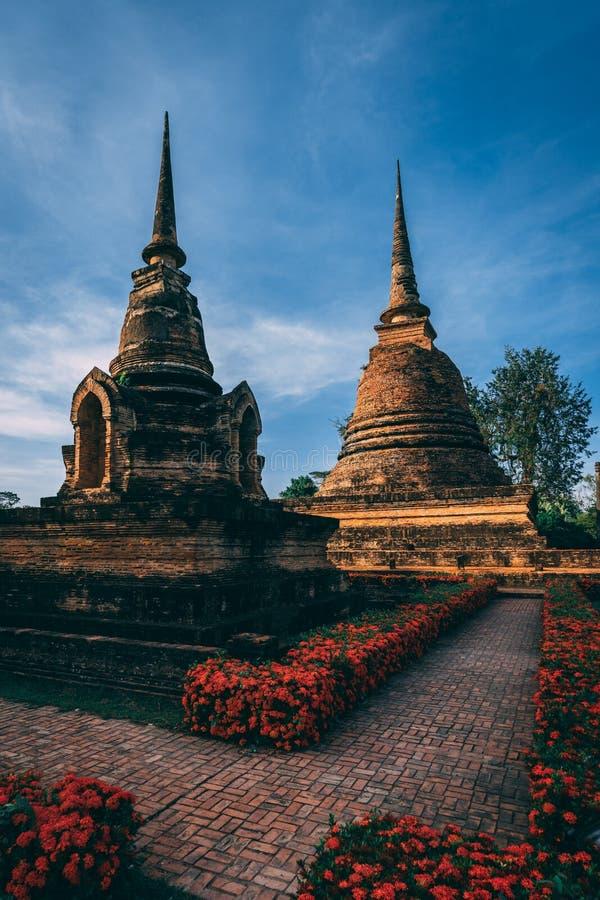 Complejo del templo en Sukothai, Tailandia Parque histórico hermoso en el medio de Tailandia Pagode en luz hermosa foto de archivo