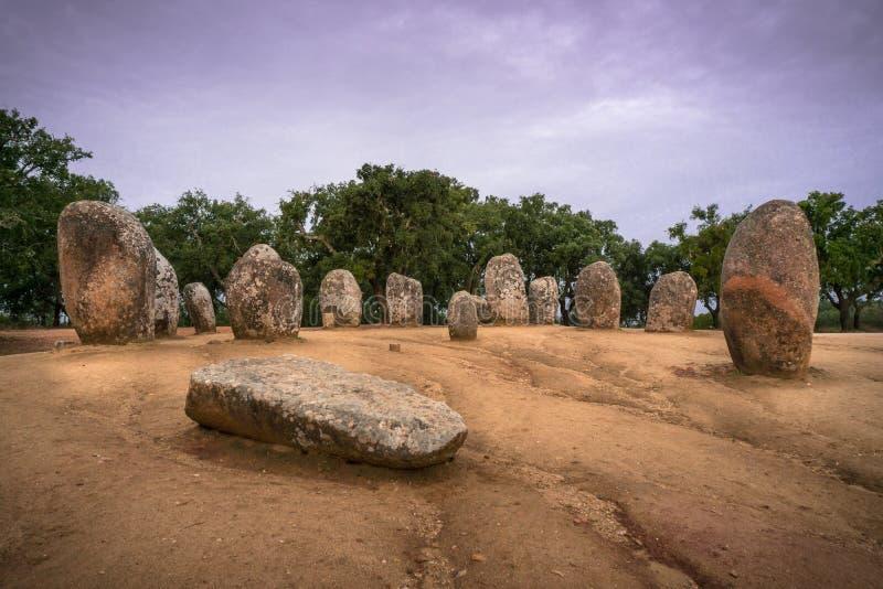 Complejo megalítico en el Cromlech de Portugal Almendres en la salida del sol foto de archivo libre de regalías