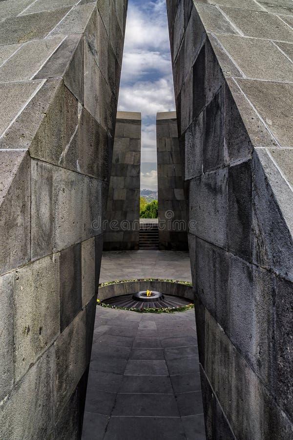 Complejo monumental del monumento armenio del genocidio con el fuego que quema en el centro foto de archivo libre de regalías