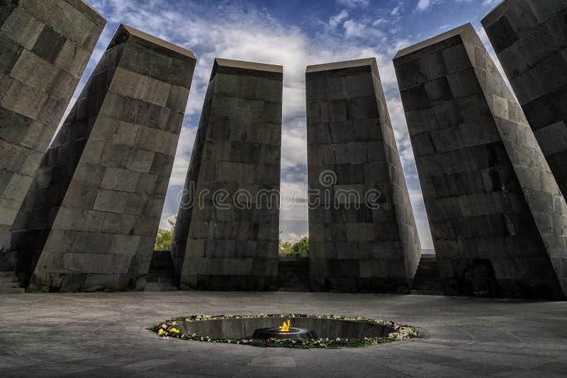 Complejo monumental del monumento armenio del genocidio con el fuego que quema en el centro imagenes de archivo