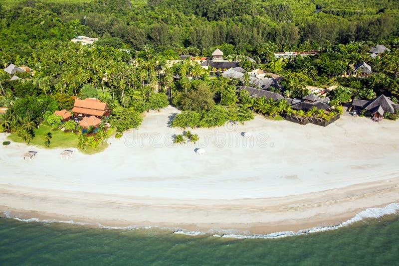 Complejo playero en la opinión aérea del paraíso tropical de la isla imagen de archivo libre de regalías