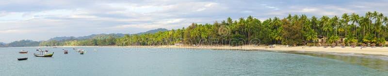 Complejo playero hermoso con muchos árboles de coco foto de archivo libre de regalías