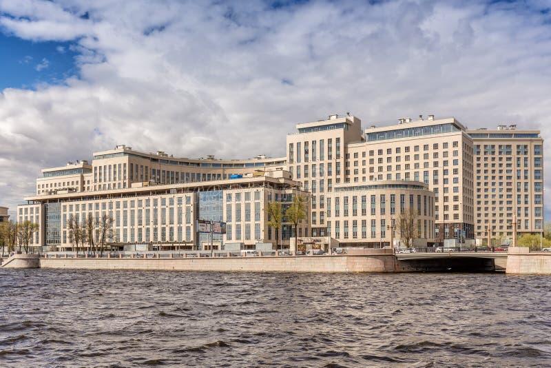 ` Complejo residencial de la orilla del ` de la nueva élite en el terraplén de Ushakovskaya en los bancos del Bolshaya Nevka en S imagen de archivo libre de regalías
