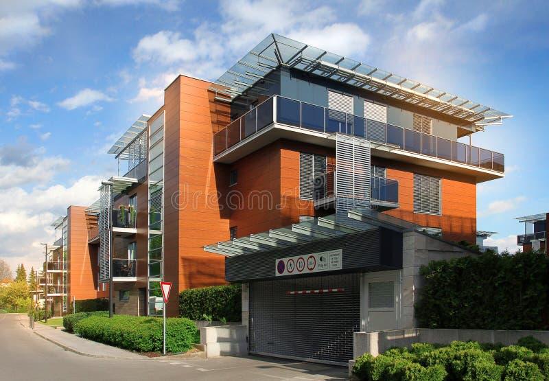 Complejo residencial moderno de la construcción de viviendas foto de archivo libre de regalías