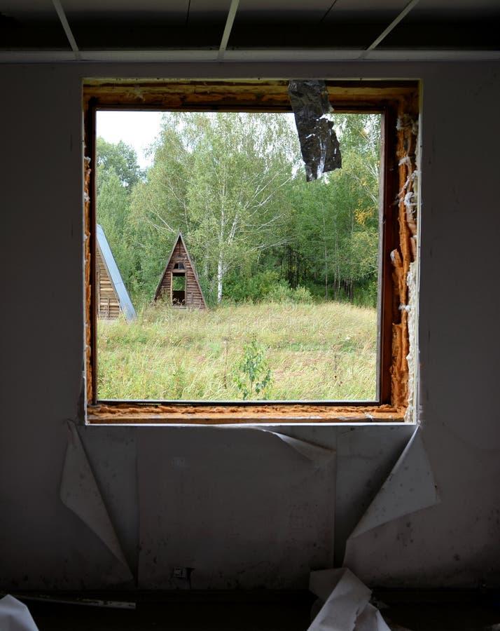 Complejo turístico abandonado 'Eldorado 'en la boca del territorio de Ini Altai del río imagen de archivo
