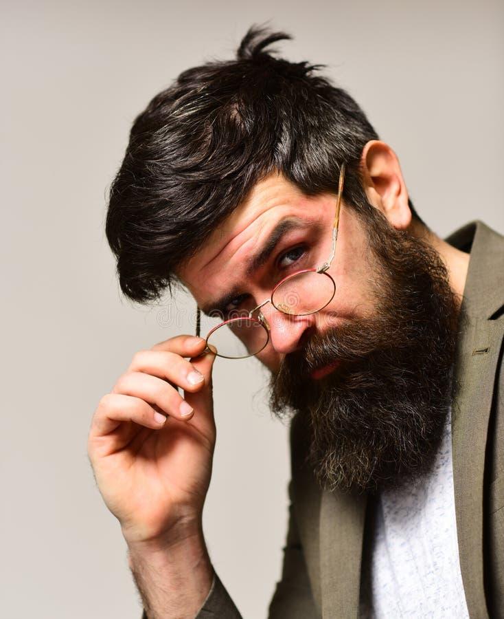 Complemento y estilo del negocio Hombre barbudo con el pelo elegante Inconformista con la barba larga y bigote en sin afeitar foto de archivo