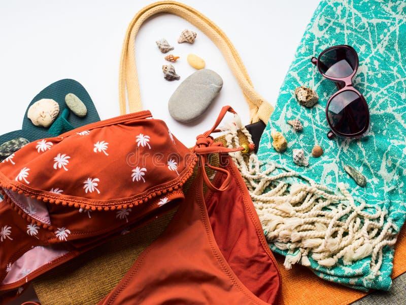 Complementos femeninos de la playa en blanco foto de archivo libre de regalías