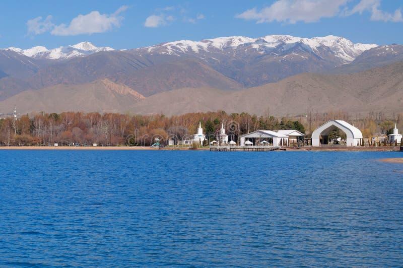 Complesso architettonico sulla banca del lago Issyk-Kul immagini stock libere da diritti