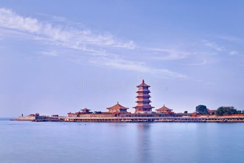 Complesso del tempio su una penisola con la pagoda, Penglai, Cina immagini stock libere da diritti