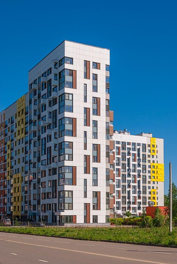 Complesso residenziale moderno sui precedenti del cielo blu Alloggia l'altezza variabile da 7 a 14 piani, costruiti durante l'ann immagini stock