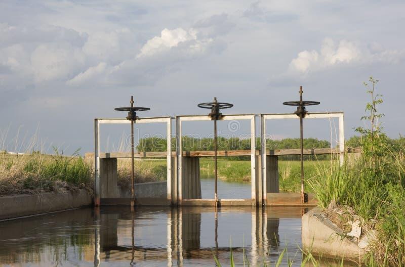 Completamente da vala de irrigação da água com o headgate três imagem de stock