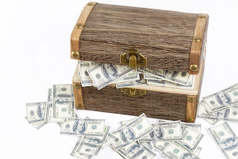 Completamente do dinheiro na caixa de madeira imagem de stock royalty free
