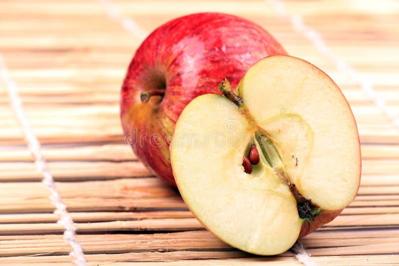 Completamente e meia maçã imagens de stock