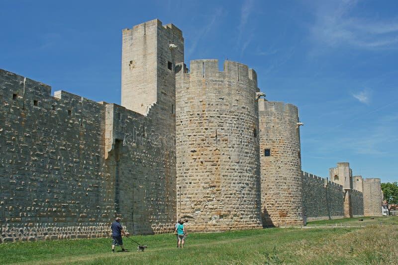 Completamente murato in città Aigues-Mortes nel Camarque immagine stock