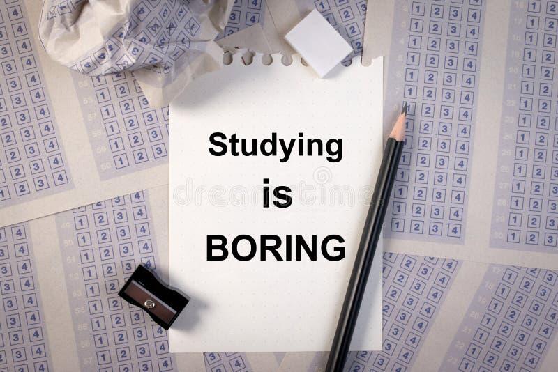 Completando na folha de resposta, o lápis, apontador, forra a redução e o estudo da palavra está furando imagem de stock