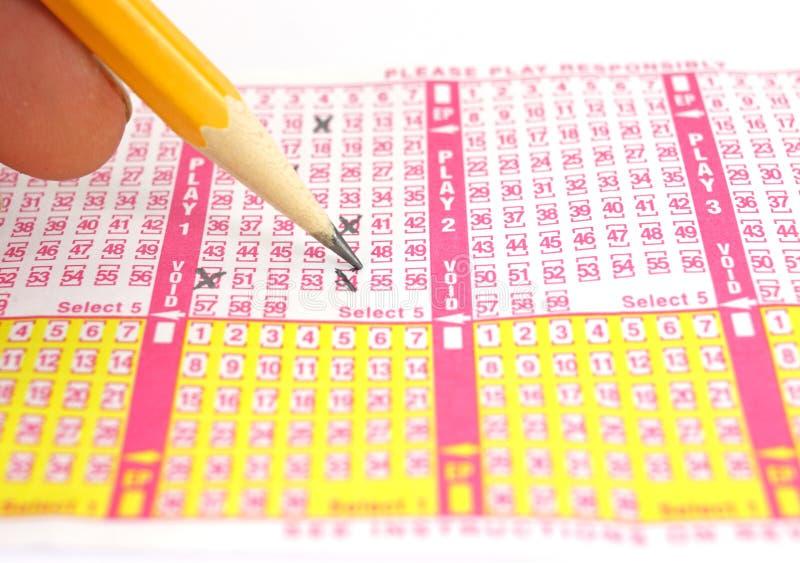 Completando um bilhete de lotaria imagens de stock