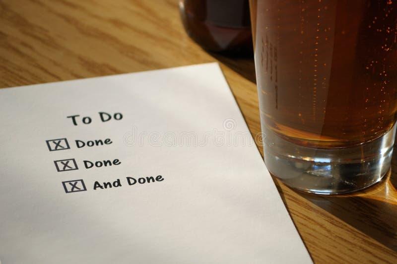 Completato per fare lista con il vetro di birra immagine stock
