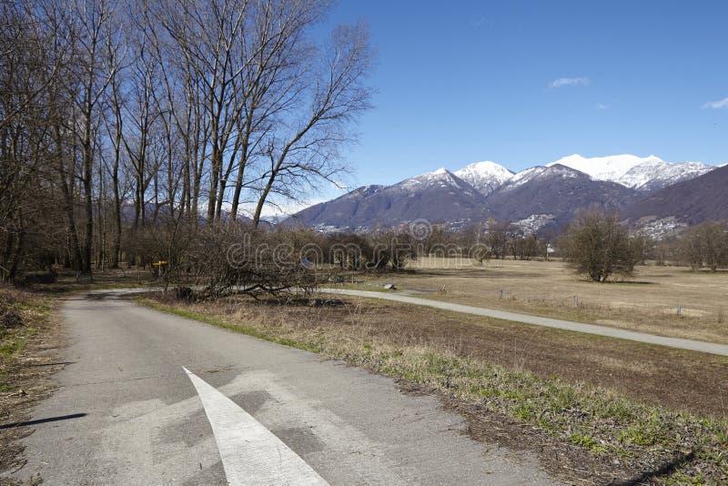 Complete un ciclo la trayectoria y el sendero cerca de Quartino Suiza, Tesino fotos de archivo