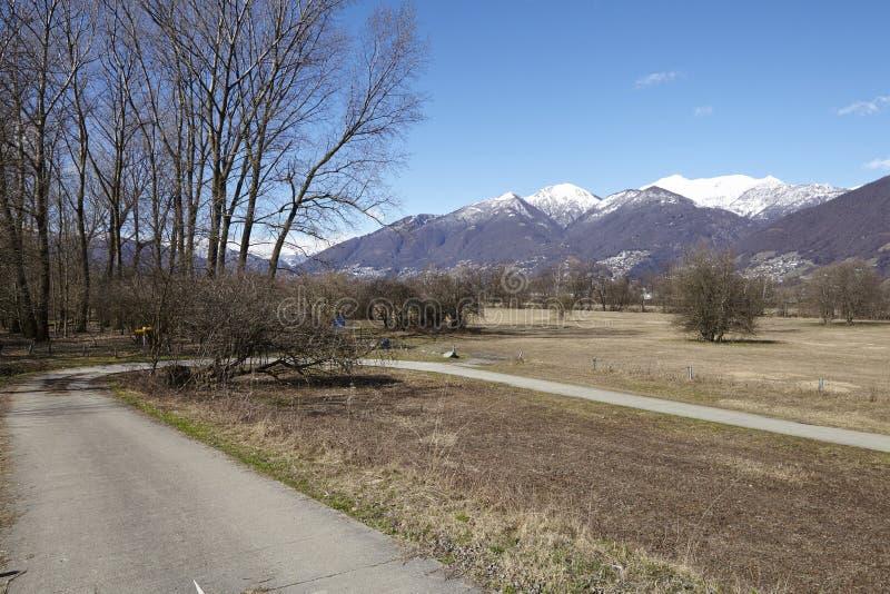 Complete un ciclo la trayectoria y el sendero cerca de Quartino Suiza, Tesino imagen de archivo