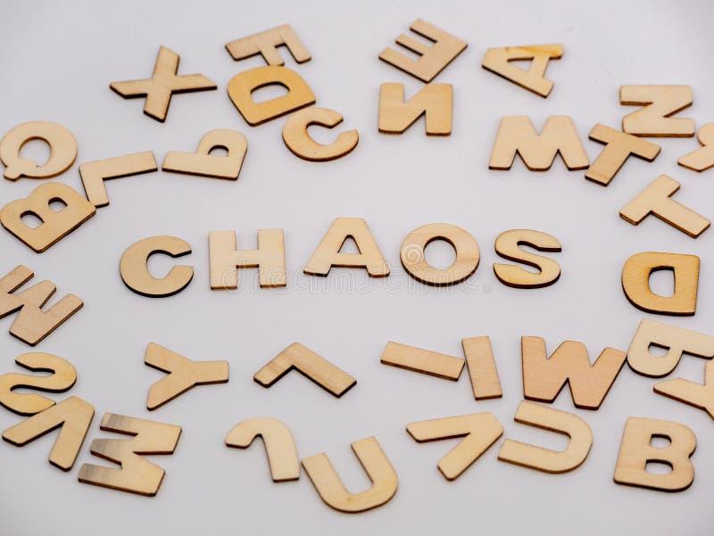 Completi giù la vista sulle lettere di legno con il caos di parola fotografia stock