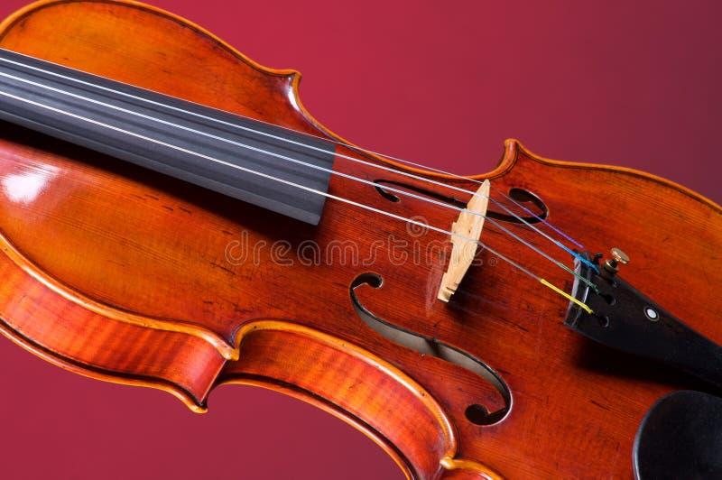 Completi la viola del violino su colore rosso fotografia stock