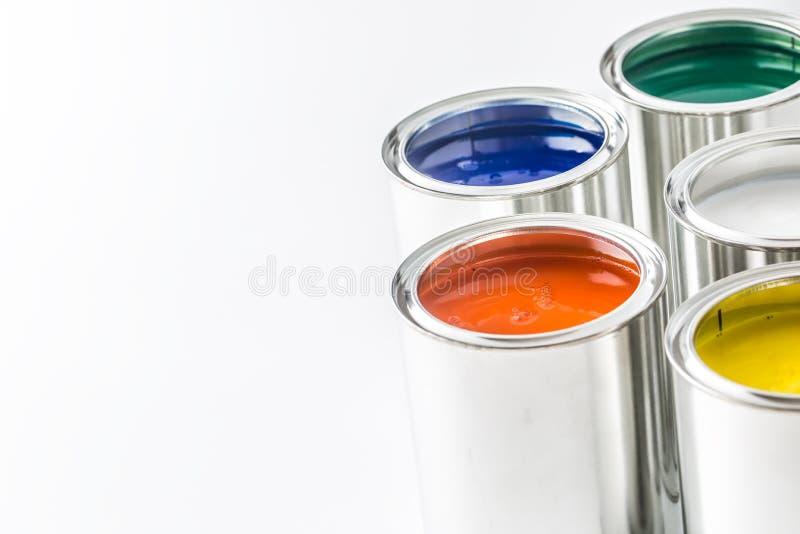 Completo de latas coloridos da pintura na tabela branca fotografia de stock royalty free