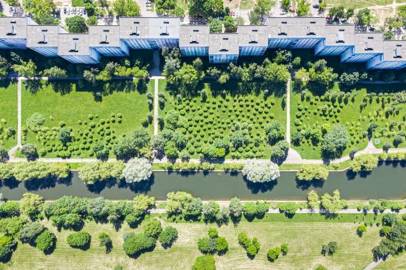 Complex satellietbeeld van flatgebouw recreatiegebied met kanaal en groene bomen stock afbeeldingen