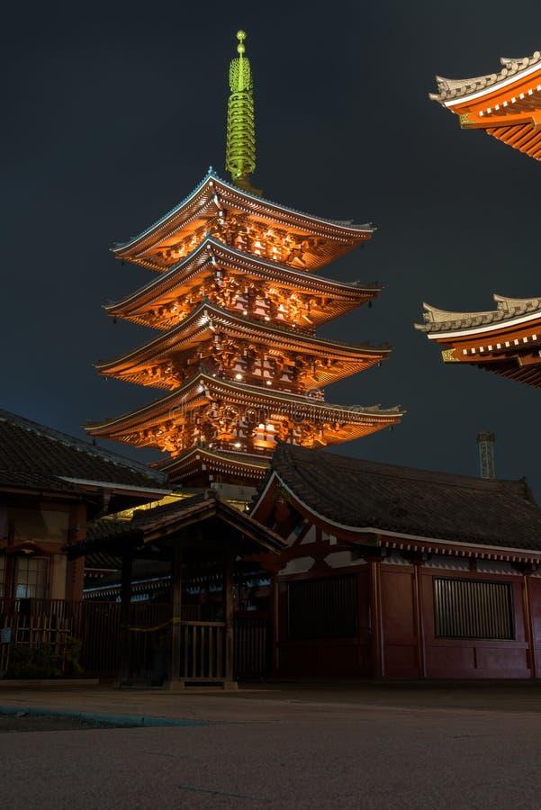 Complexe admirablement lumineux de temple de Senso-JI par nuit dans Asakusa image stock