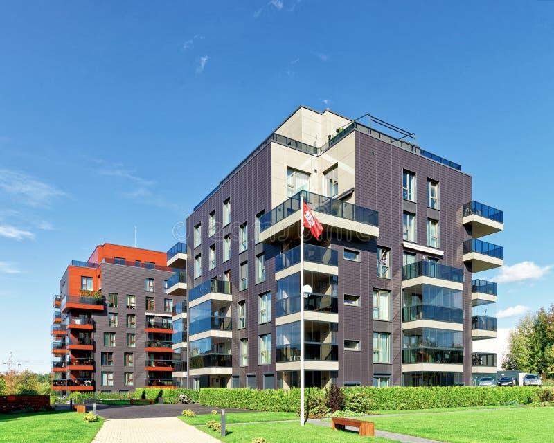 Complexe architectural moderne des bâtiments résidentiels et du drapeau photographie stock libre de droits