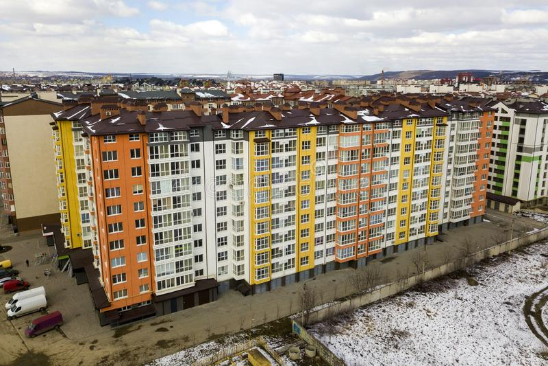 Complexe d'édifice haut d'appartement sur le coin de la rue, vue supérieure sur le fond lumineux de l'espace de copie de ciel ble photos libres de droits