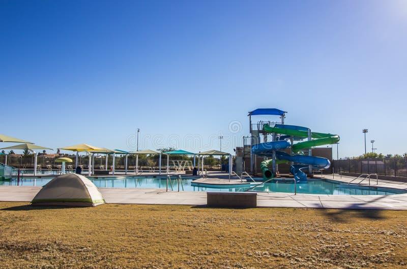 Complexe de piscine avec des glissières de tube photos libres de droits