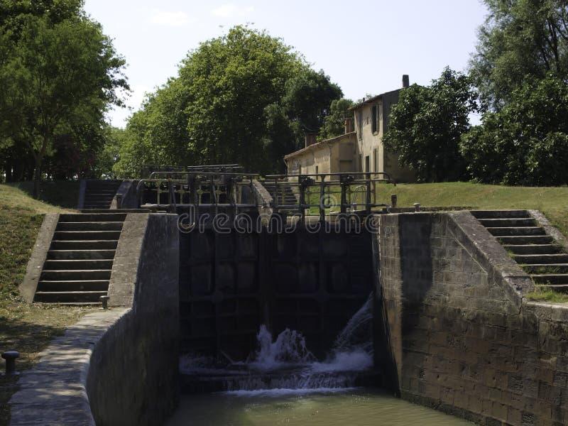 Complexe de serrures dans Canal du Midi France image stock