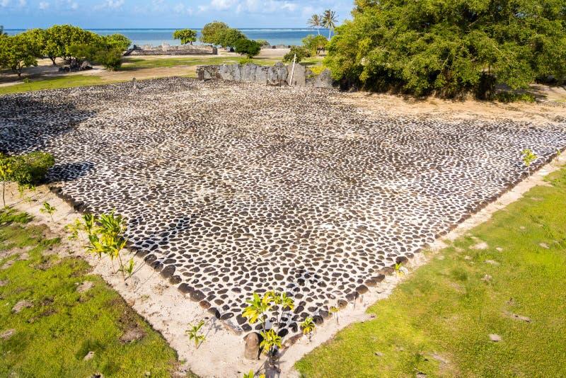 Complexe de temple de Marae Taputapuatea Silhouette d'homme se recroquevillant d'affaires Île de Raiatea Îles de côté sous le ven photo stock