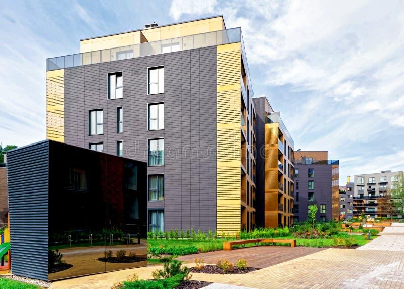 Complexe en terrasse moderne des bâtiments résidentiels image libre de droits