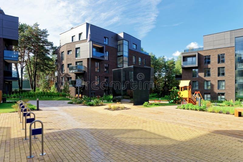 Complexe en terrasse moderne des bâtiments résidentiels d'appartement photographie stock