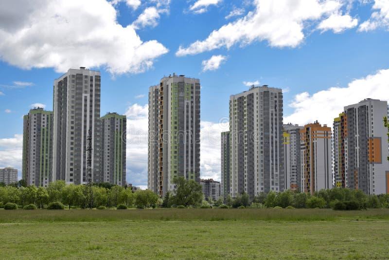 Complexe résidentiel dans la zone résidentielle de la ville images libres de droits