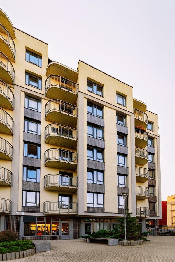 Complexe résidentiel moderne de maison de rapport et équipements extérieurs image stock