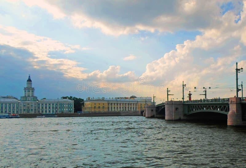 Complexo arquitetónico de Neva Embankment imagens de stock royalty free