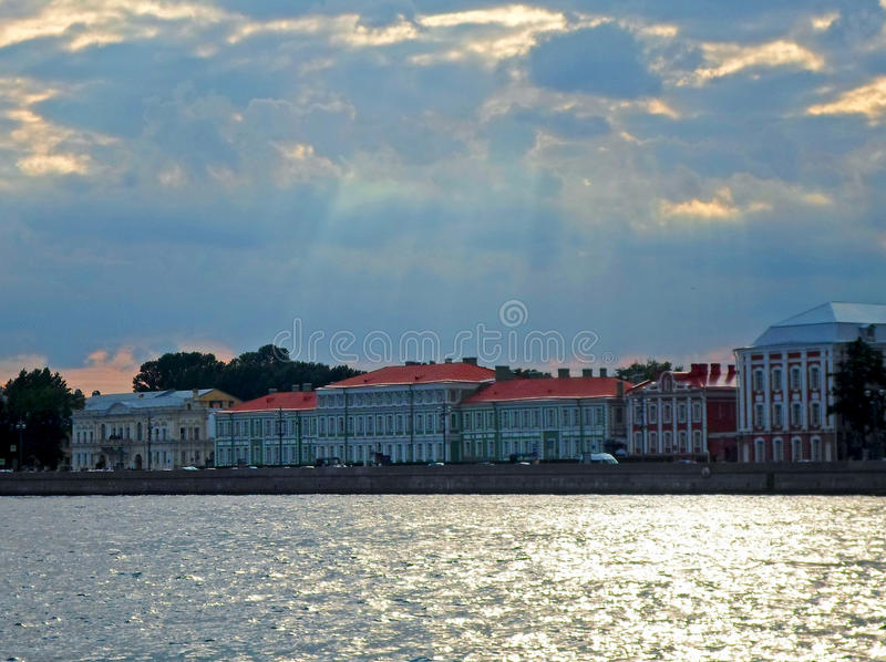 Complexo arquitetónico de Neva Embankment imagem de stock royalty free