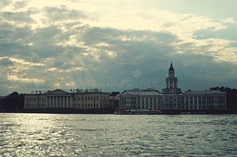Complexo arquitetónico de Neva Embankment fotografia de stock royalty free