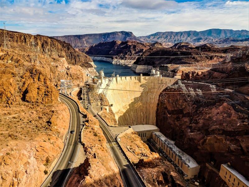 Complexo da barragem Hoover contra montanhas e o céu azul foto de stock