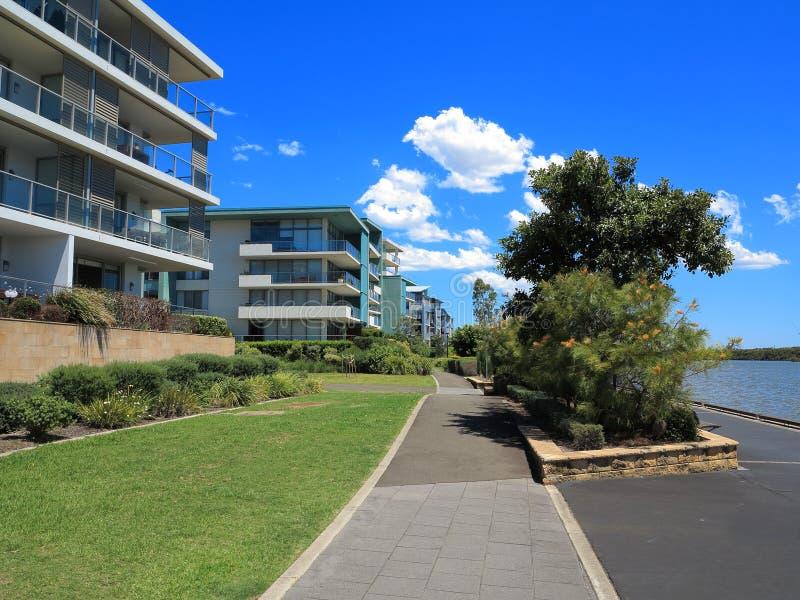 Complexo de alojamento moderno com o passeio no rio imagens de stock