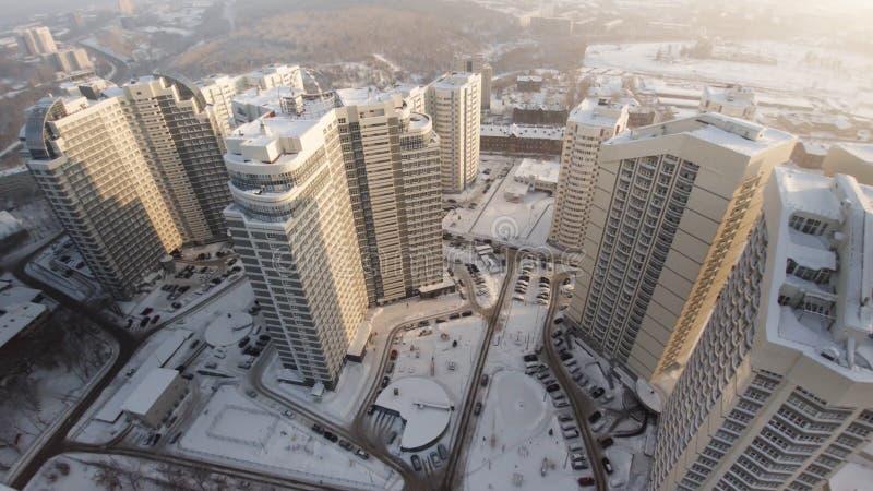 Complexo de casas residenciais do apartamento novo com balcões grampo Ideia superior do complexo residencial luxuoso no por do so imagens de stock royalty free