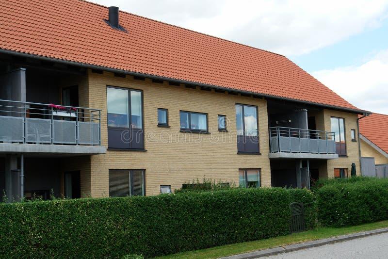 Complexo de condomínio moderno do apartamento imagens de stock royalty free