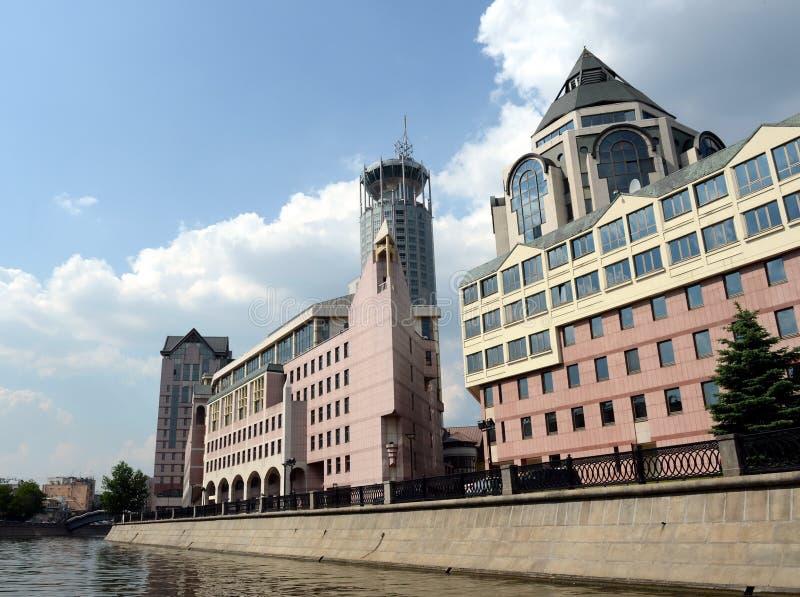 Complexo de escritório moderno na terraplenagem do canal de Vodootvodny da entrada imagens de stock