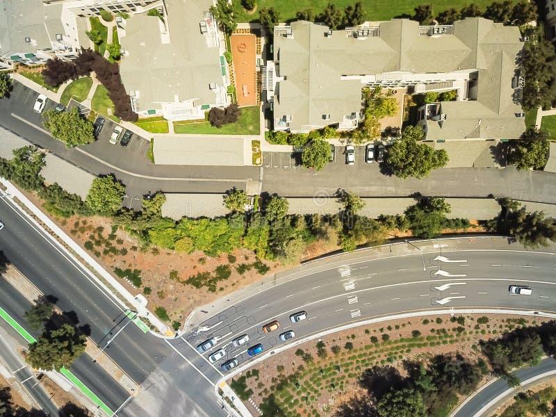 Complexo de prédio de apartamentos da vista superior perto da autoestrada em Cupertino, C fotos de stock